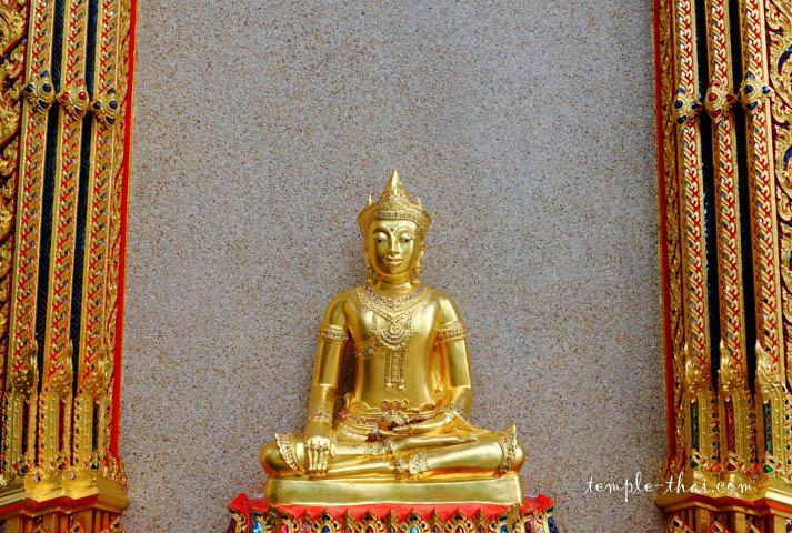 bouddha accolé à la façade