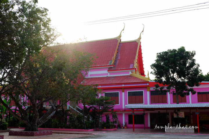 L'un des édifices rose