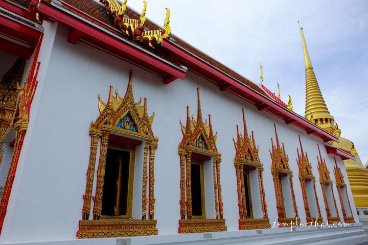 Ubosot suivi du stupa doré