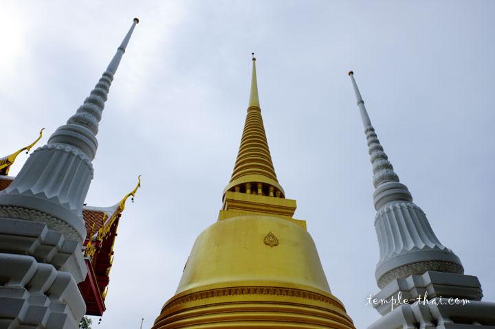 les stupas des lieux