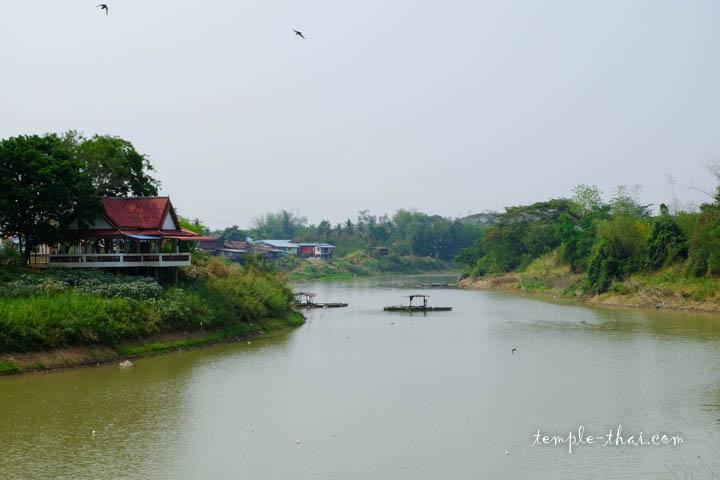 Devant le temple, la la rivière Yom (แม่น้ำยม)