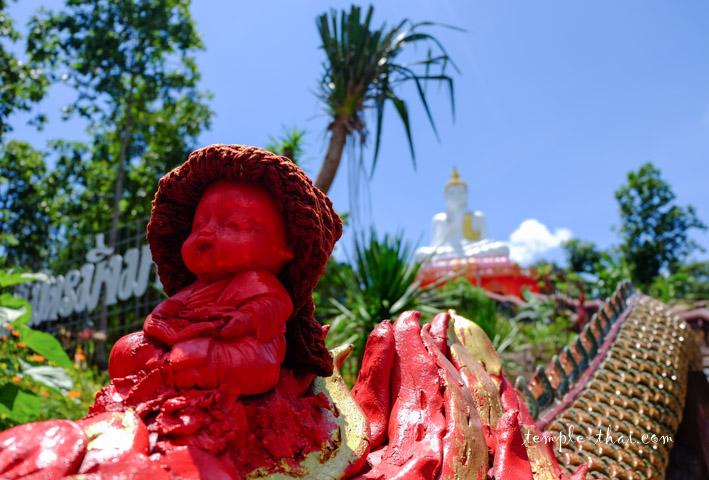 Statue d'un moine rouge
