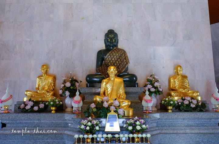Statues dorées de moine