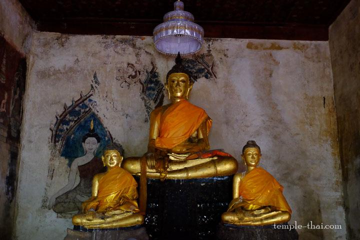 Les trois bouddhas des lieux