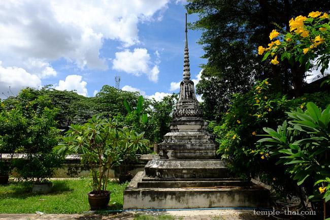 Un vieux stupa à l'intérieur du mur d'enceinte
