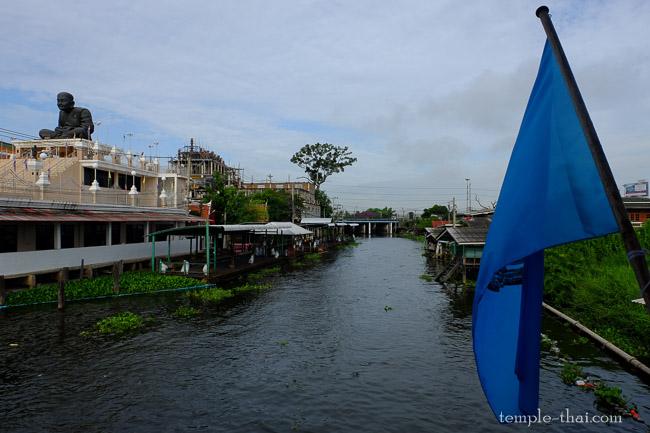 Effigie de Luang Pu Tuat sur un bâtiment