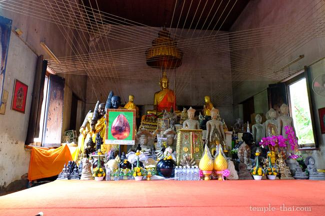 Les dizaines de sculptures de la salle d'ordination