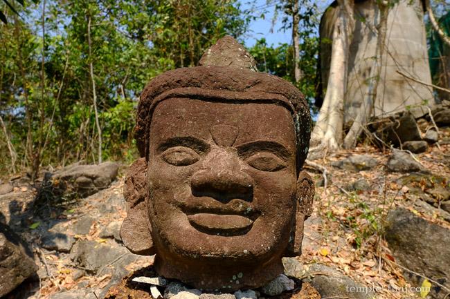tête d'un bouddha en grès