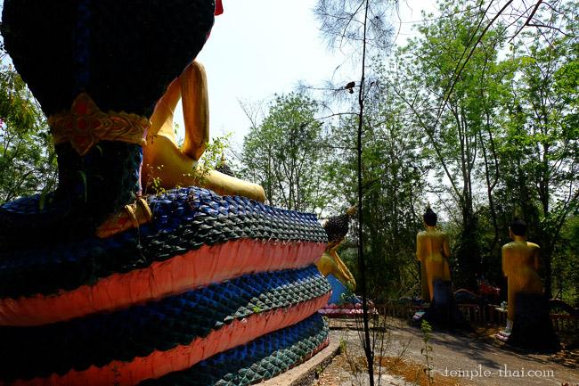 Au détour d'un chemin, quelques statues du Bouddha