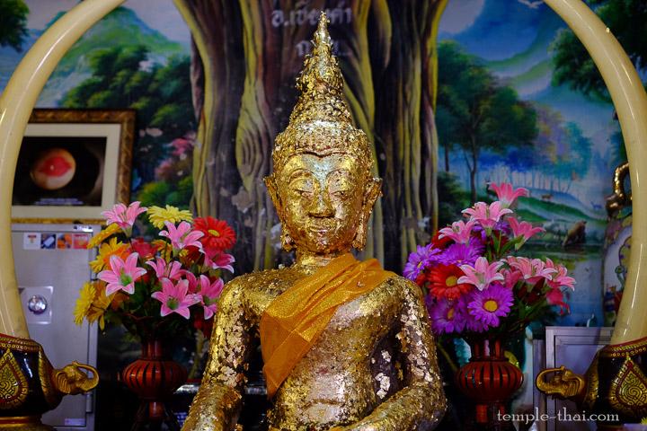 le bouddha assis par terre