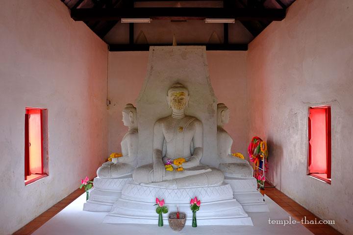 Trois des quatre bouddhas sur le socle central