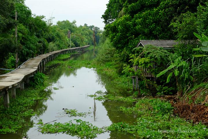 Le canal jouxtant le temple