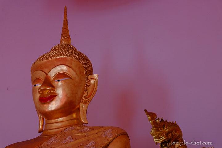 bouddha aux lèvres rouges