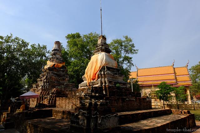 Deux stupas et Ubosot moderne