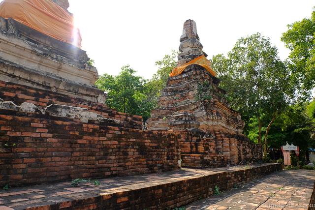 Les deux stupas redentés sur la même base