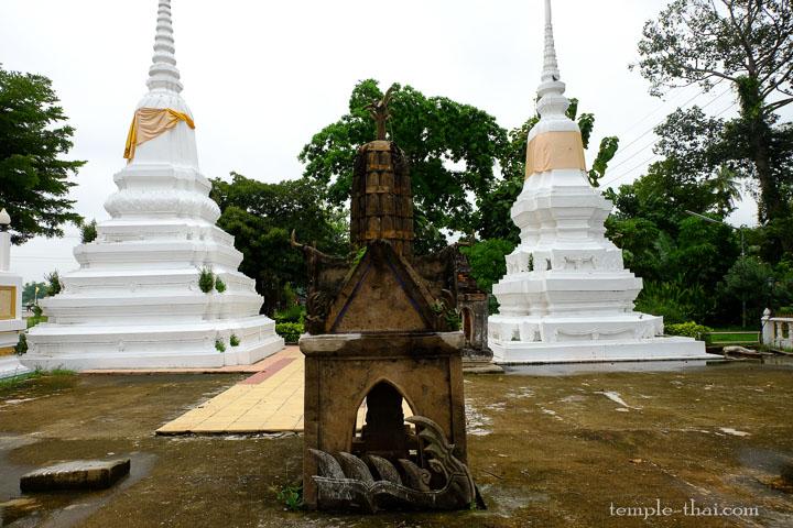 deux stupas blancs