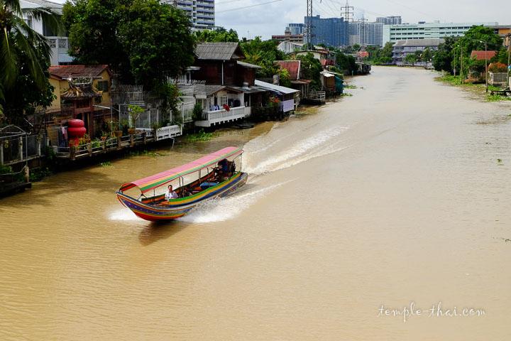 Un canal près du temple