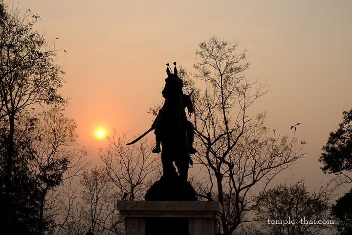 Coucher de soleil sur la statue du guerrier