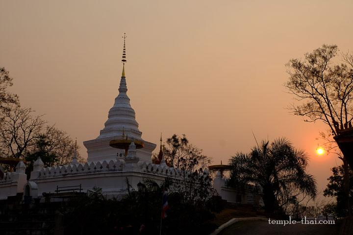 Coucher de soleil sur le stupa