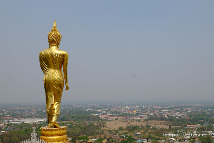 Le bouddha iconique dominant la ville de Nan