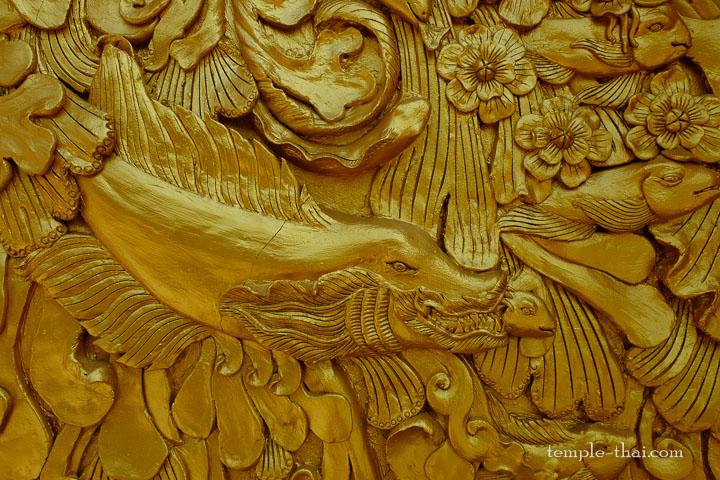 poinsson doré en bas-relief