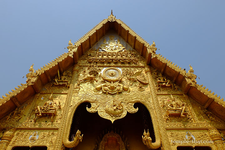 Fronton doré sculpté en bas-relief