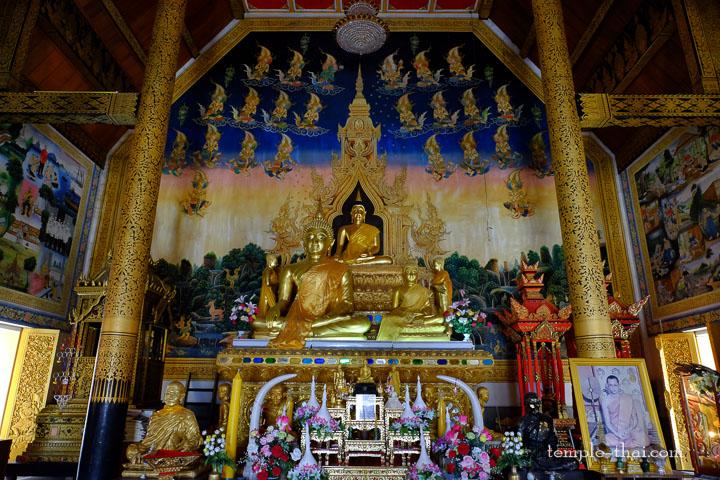bouddhas placés sur l'autel