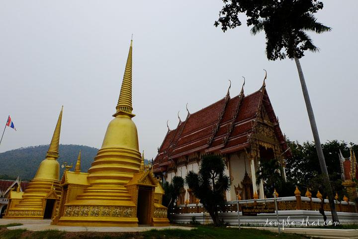 Deux stupas, un palmier et l'Ubosot