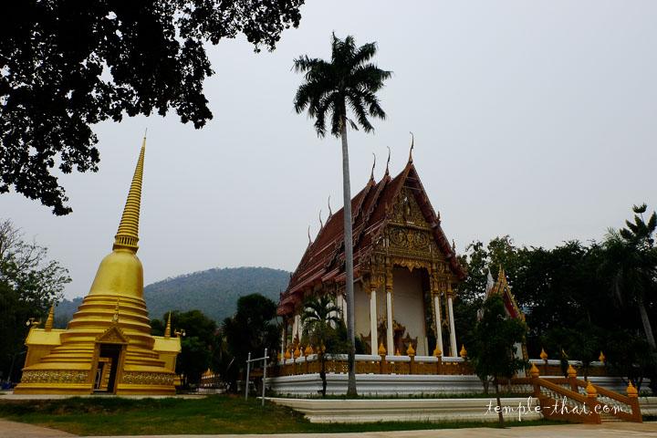 Un stupa, un palmier et l'Ubosot