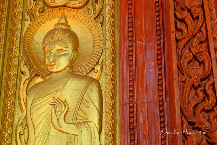 Contraste entre le doré et la couleur terracotta