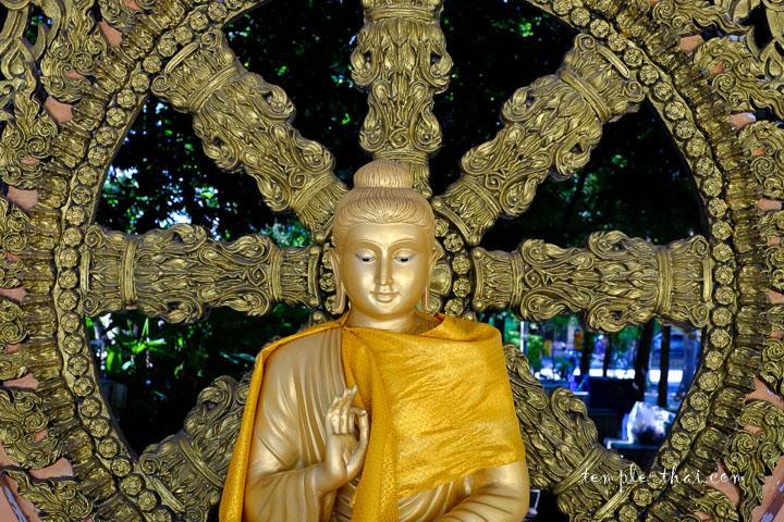 un bouddha le long du cloitre s'inspirant du style gandhara