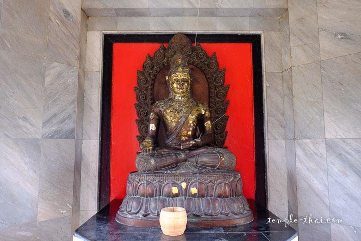 Ratnasambhava (พระรัตนสัมภวพุทธะ) effectuant le geste symbolique du don, la Varada-Mudrā