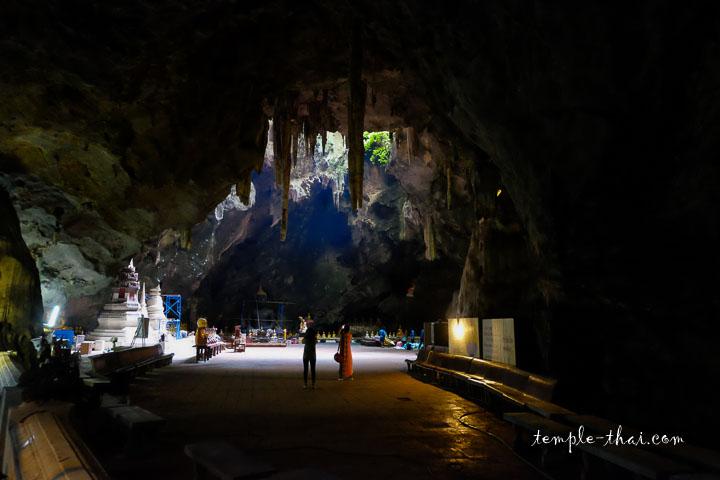 les rayons lumineux dans la grotte