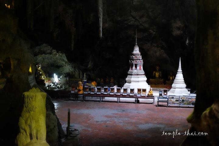 Stupas dans la grotte