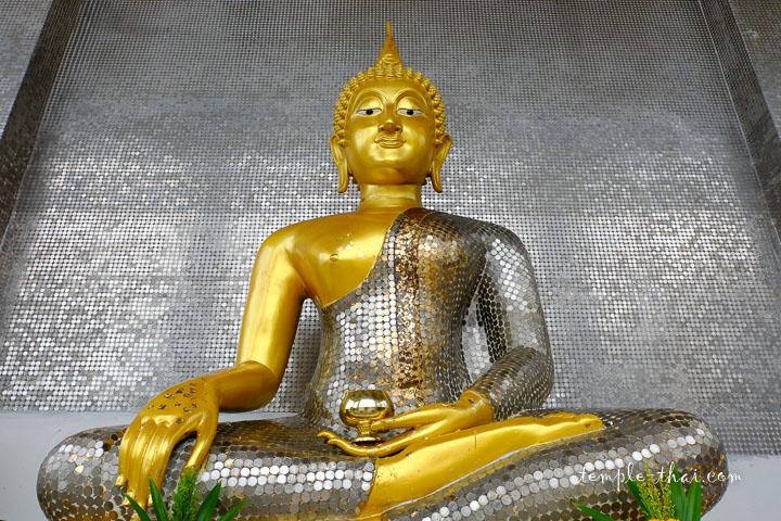 bouddha recouvert de pièces