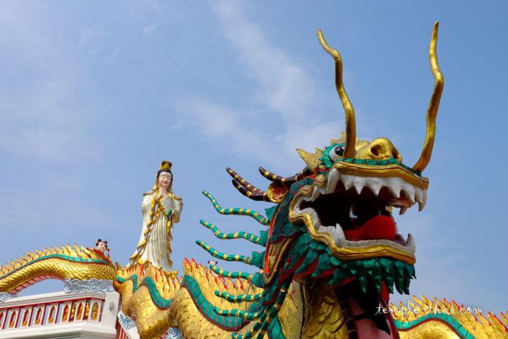 Un dragon précède Guanyin