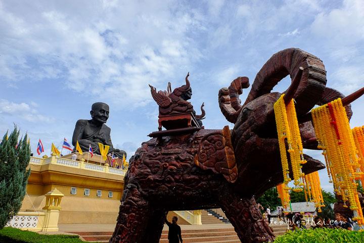 Erawan, l'éléphant à plusieurs têtes supportant une statue de Luang Pu Tuat