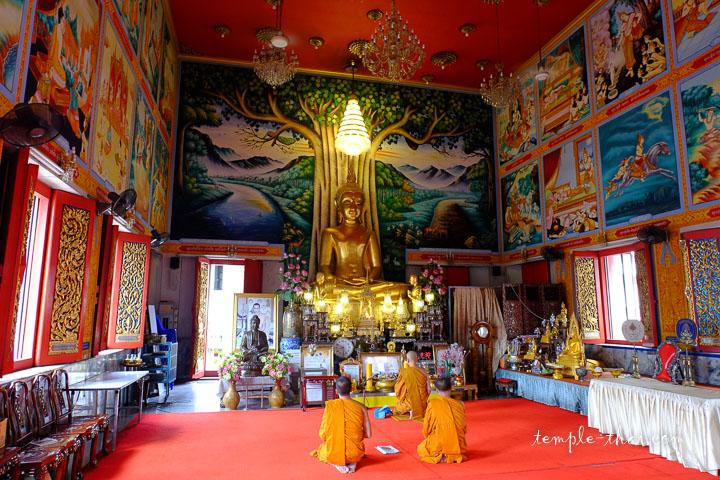 La salle d'ordination, son bouddha principal et ses peintures