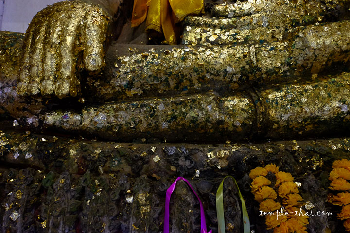 Main recouverte de feuilles d'or