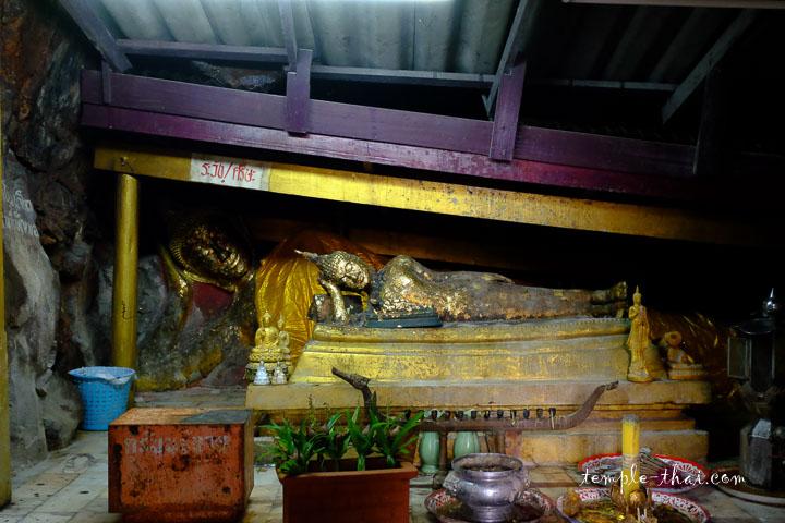 Le bouddha allongé dans sa grotte