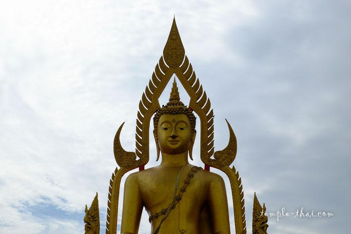bouddha géant orné d'un mandorla