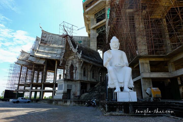 La base du Chedi monumental en construction
