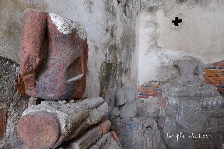Statue en grès dans un angle