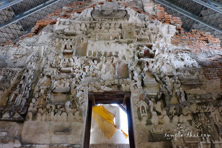 Demi-reliefs en stuc dans la seconde salle de l'Ubosot