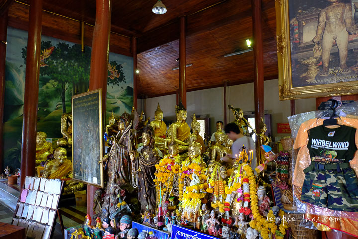 Pi Juk et l'assemblée de bouddhas à l'arrière