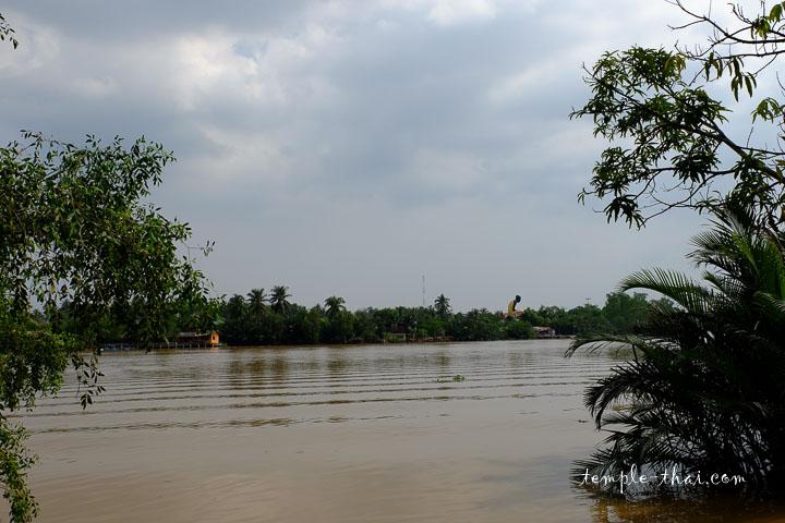 Le fleuve Mae Khlong devant le temple
