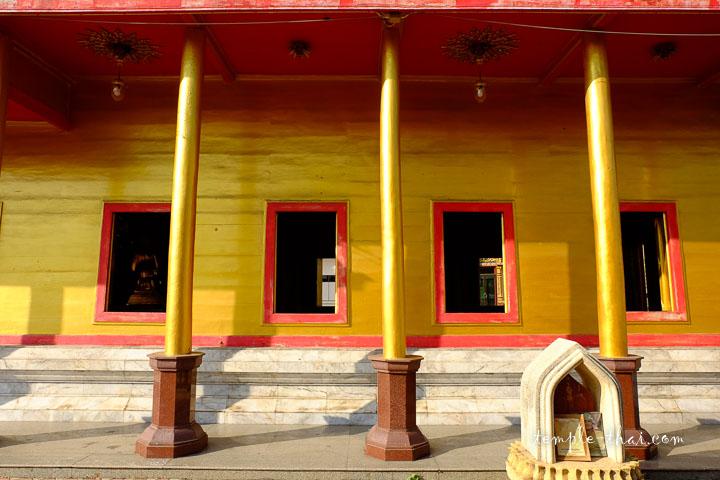 Les façades sont des planches de bois peintes