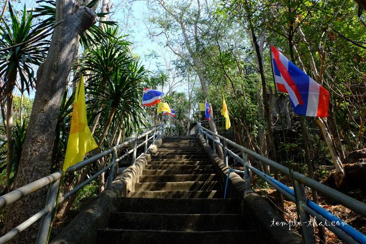Escalier vers la grotte depuis le parking