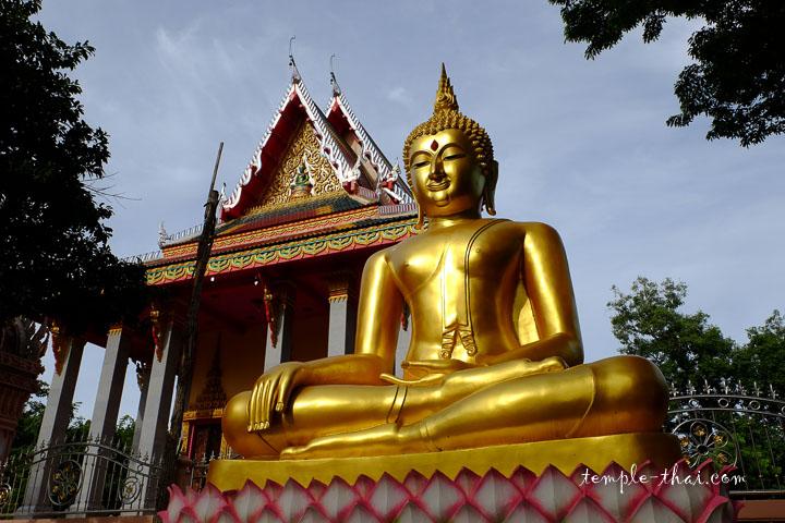 bouddha devant l'Ubosot