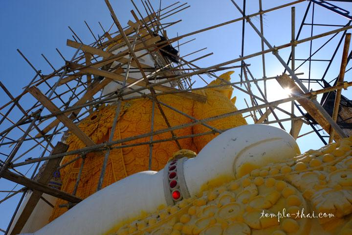 bouddha géant paré